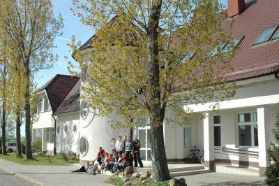 Szkoła Podstawowa im. ks. Jana Twardowskiego w Dąbiu - wejście do budynku