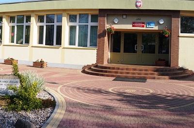 Szkoła Podstawowa nr 2 im. Tadeusza Kościuszki w Prochowicach - wejście do szkoły