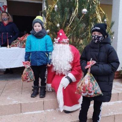 Dwójka dzieci z Miroszowic ze Św. Mikołajem