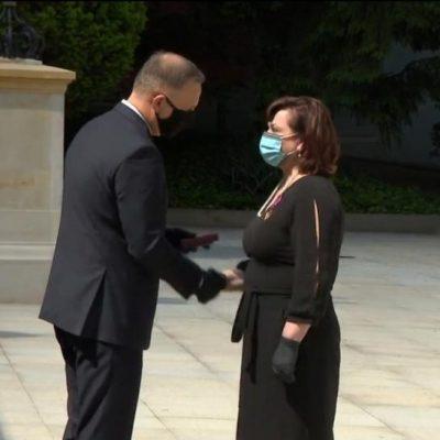 Burmistrz MiG Prochowice otrzymuje z rąk Prezydenta RP Andrzeja Dudy Złoty Krzyż Zasługi